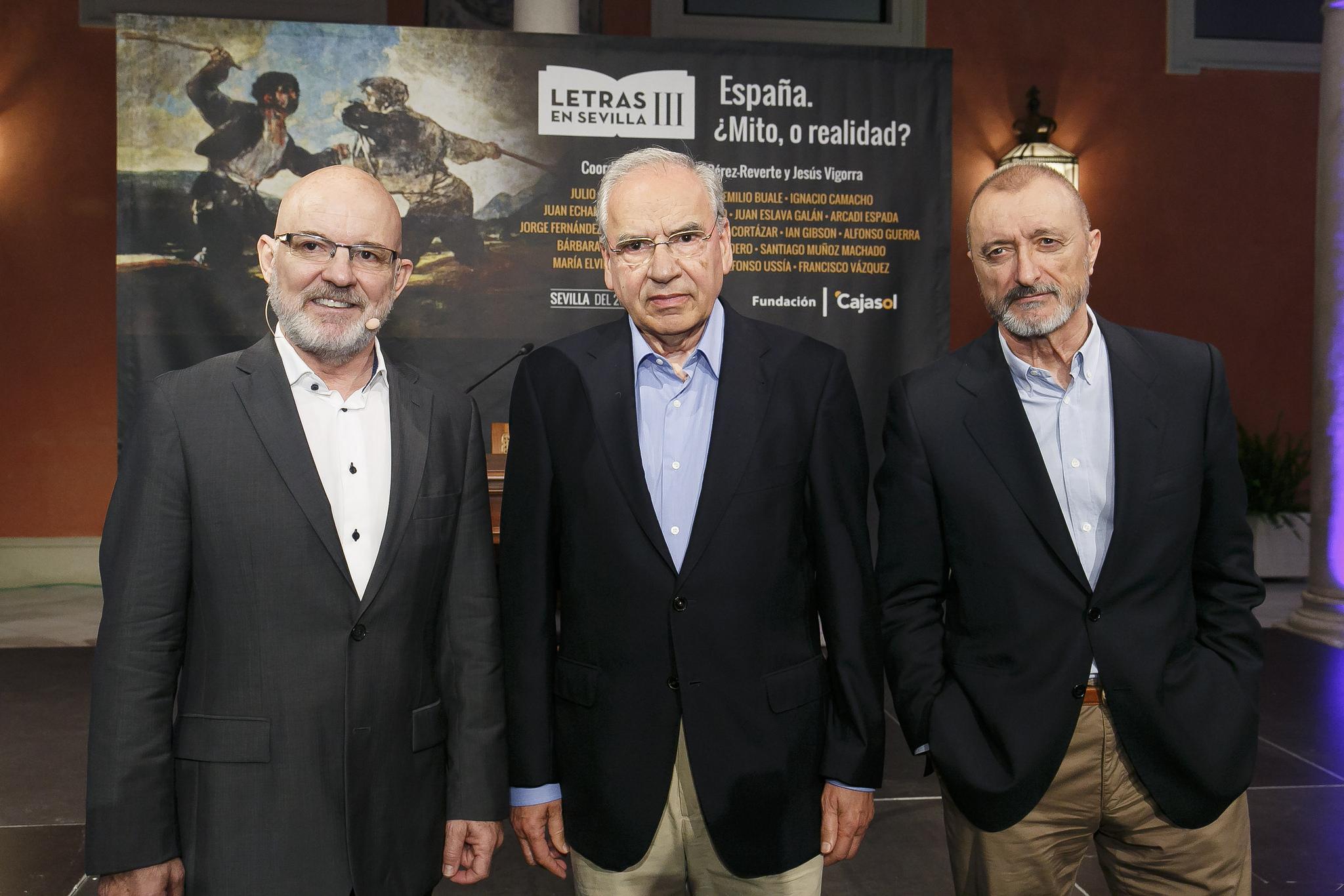 Jesús Vigorra, Alfonso Guerra y Arturo Pérez-Reverte, en Letras en Sevilla
